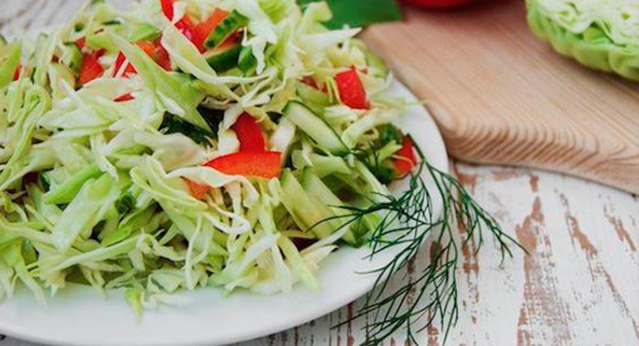 Рецепт весеннего салата из капусты, болгарского перца и огурцов